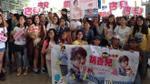 Fan 'nhuộm hồng' sân bay chào đón Hồ Hạnh Nhi đến Việt Nam