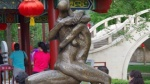 Phản cảm những pho tượng 'bỏng mắt' được trưng bày ngay giữa công viên