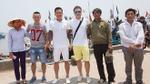 Tuấn Hưng đội nắng đi trao tặng hơn 300 triệu đồng cho ngư dân Hà Tĩnh