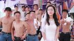 Bạn chú rể trần trùng trục chụp ảnh với cô dâu tại đám cưới ở Nghệ An