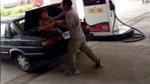 Gã chồng thú tính đánh đập và nhét vợ vào cốp ôtô rồi thản nhiên lái đi