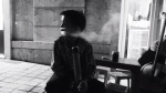 Xót xa cảnh cậu bé hút thuốc lào 'mua vui' cho du khách nước ngoài