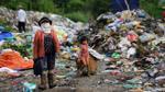 Bé gái 6 tuổi mưu sinh ở bãi rác thay vì đến trường