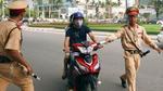 Vợ vi phạm giao thông, chồng dọa tự thiêu với cảnh sát