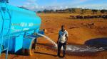 Mỗi ngày, người đàn ông này lại lái xe hàng tiếng đồng hồ để mang nước về cho những loài động vật khát nước