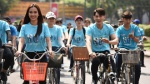 Isaac đội nắng, toát mồ hôi đạp xe cùng Ái Phương