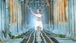 Tranh cãi bộ ảnh cô gái múa ballet trên đường tàu