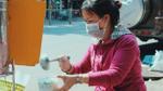 Niềm vui từ nồi cháo 'thịt bằm miễn phí' của chị Linh ở Sài Gòn