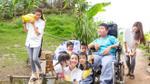 Phạm Hương giản dị đi dép tổ ong, bơm xe lăn cho trẻ em nghèo