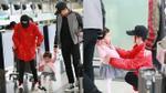 Fan khấp khởi vui mừng khi thấy Lưu Khải Uy cùng con gái ra sân bay tiễn Dương Mịch