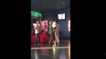 Siêu đáng yêu: 4 cụ già cầm bỏng nước, dắt tay nhau đi xem phim khiến nhiều người ngưỡng mộ