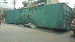 Tai nạn kinh hoàng: Xe container đổ nghiêng đè nát ôtô con, 2 người chết