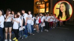 Fan xếp hàng dài và chờ 4 giờ đồng hồ để gặp gỡ Đông Nhi