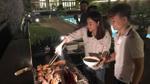 Thu Minh đích thân vào bếp chuẩn bị tiệc BBQ cho trò cưng The Voice 2 thế hệ
