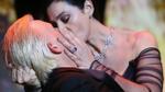 Người đẹp nóng bỏng Monica Bellucci thể hiện 'tuyệt đỉnh hôn sâu' trên sân khấu Cannes