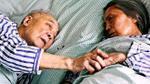 Cặp vợ chồng 90 tuổi và những ngày cuối đời trên giường bệnh: 'Hãy để tôi nhìn bà thêm chút nữa'