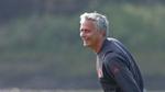 Hài hước: Mourinho xỏ găng bắt gôn, ăn thẻ vàng vì câu giờ