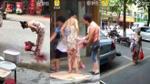 Trung Quốc: Đẻ rơi giữa đường, thai phụ thản nhiên ôm con bế đi sau khi sinh