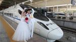 Không cần xe hoa thông thường, cặp đôi Trung Quốc dùng 'xe lửa hoa' trong đám cưới