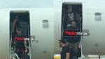 Độc quyền từ cửa chuyên cơ riêng: Cận cảnh siêu sao thế giới The Chainsmokers bước xuống Tân Sơn Nhất