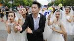 Hàng chục cô dâu, chú rể nhảy flashmob khiến phố đi bộ Nguyễn Huệ 'tắc nghẽn'