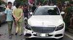 Điều khiển Mercedes gây tai nạn liên hoàn, tài xế cố thủ trong xe