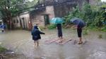 Nữ bí Bí thư phường lên tiếng về hình ảnh mặc váy, đứng trên bè dân kéo khi đi thị sát mưa lũ