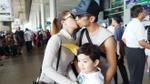 Vợ chồng Khánh Thi - Phan Hiển hôn nhau tình tứ, hạnh phúc bên con trai ở sân bay