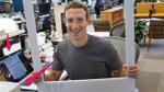 Mark Zuckerberg luôn dán băng dính lên camera của laptop, lý do đằng sau có thể khiến bạn phải giật mình