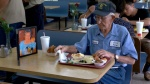 Người đàn ông 93 tuổi luôn mang theo bức ảnh của người vợ quá cố khi đi ăn