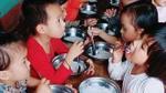 Vụ cho trẻ ăn miến luộc chan nước: Yêu cầu trường tổ chức họp kiểm điểm