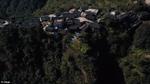 Kỳ lạ ngôi làng hẻo lánh sống trên vách đá cao chót vót tại Trung Quốc