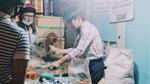 Xuýt xoa món bánh tráng trộn cực ngon do anh chàng nhìn như nghệ sĩ bán dưới chân cầu Thanh Đa