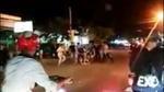 Nhóm côn đồ chém gục nam thanh niên rồi kéo nạn nhân vào lề đường