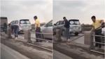 Tắc đường, tài xê ô tô tự tháo dải phân cách trên cầu Thanh Trì