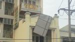 Dây điện phát nổ, nhóm công nhân bị điện giật nằm bất tỉnh trên sân thượng