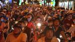 Người Sài Gòn đổ ra đường đi xem pháo hoa mừng năm mới, khắp các ngả đường ách tắc kinh hoàng