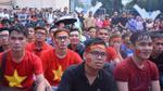 Hàng nghìn người hâm mộ đội mưa vẫn cổ vũ cho U23 Việt Nam