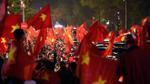 U23 Việt Nam vào chung kết: Mặc kệ tắc đường, cờ đỏ vẫn tung bay trên mọi nẻo đường thành phố