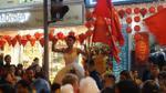 Trai đẹp mặc váy cưới, 'quẩy' tung phố đi bộ, mừng chiến thắng lịch sử của U23 Việt Nam