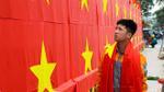 Sau chiến thắng lẫy lừng của U23 Việt Nam, nhà thầu đem cờ đỏ sao vàng dán kín tường rào thi công