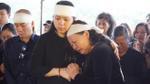 Vợ con khóc ngất khi đưa tro cốt thầy Văn Như Cương về nghĩa trang an nghỉ