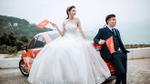 Bộ ảnh cưới chất phát ngất của cô dâu chú rể đeo băng rôn, dán decal kín xe cổ vũ U23 Việt Nam