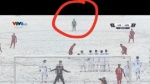 Khoảnh khắc dễ thương: Thủ môn Tiến Dũng bỏ cả khung thành để chạy tới xem Quang Hải sút phạt