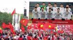 Clip: Cúp tự chế được CĐV 'rước' lên sân khấu cổ vũ U23 Việt Nam