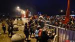 Hàng trăm cổ động viên 'vượt rào' ra về vì trời mưa lạnh trong đêm vinh danh các cầu thủ U23 Việt Nam