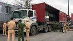 Xe máy nát bươm dưới gầm container, người đàn ông thoát chết hi hữu