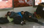 Để kịp chuyến tàu về quê ăn Tết, hàng ngàn người ngủ vạ vật tại ga tàu