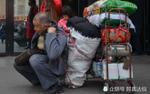 Nhà nhà về quê ăn Tết, người cha già mang vác 200kg hành lý lên thành phố đoàn tụ cùng con trai