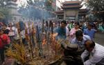 Mùng 1 Tết, người dân tấp nập đi lễ chùa cầu may